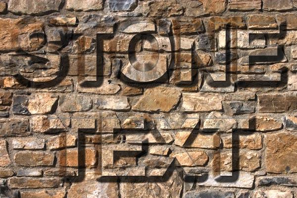 Texto de piedra sobre una pared
