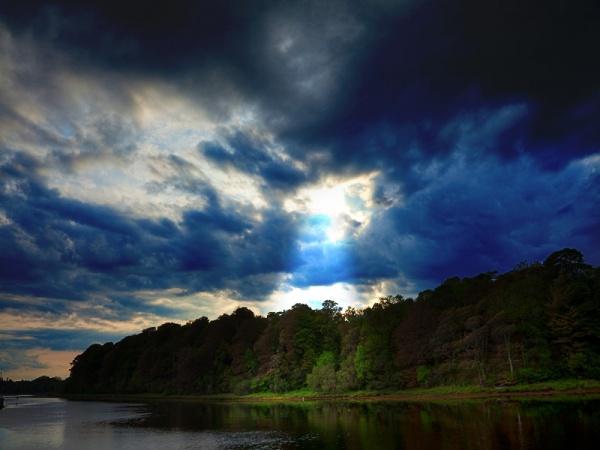 Rayo de luz del cielo en paisaje