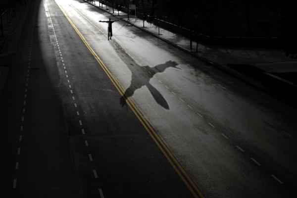 Sombra de persona en calle oscura